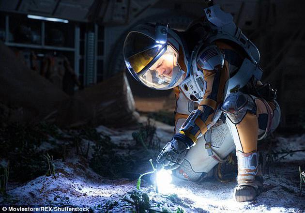 科幻電影《火星救援》中主角馬特·達蒙利用自己和其他宇航員的風乾糞便作為營養物質,在貧瘠的火星環境中培育出土豆。