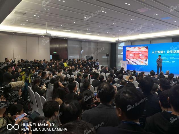 李彦宏在台上发表演讲