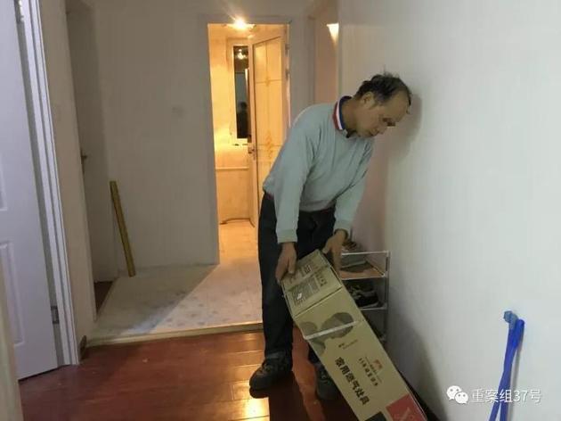 ▲12月7日,通州区永顺镇新建村二期小区15栋23层某室。厨房内,装修工人正准备去装燃气灶,他的电动车和晾晒的衣服也在厨房内。这套房子装修还未完全收工,但三个房间已经有租户入住。 新京报记者 大路 摄