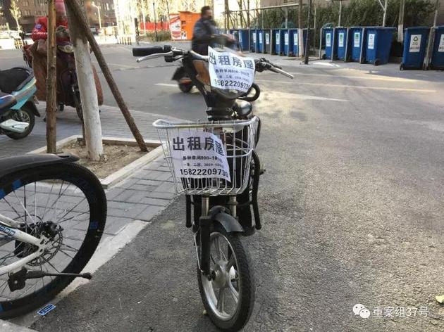 ▲12月5日,通州区永顺镇新建村二期小区,一辆电动车上贴着租房广告。  新京报记者 大路 摄