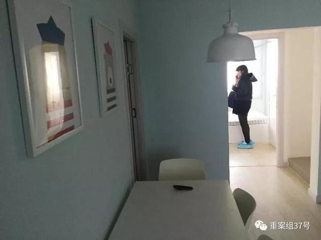 ▲11月18日,方古园某室,女中介带领记者在看房。  新京报记者 大路 摄