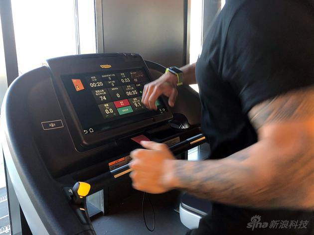 一部支持GymKit技术的跑步机