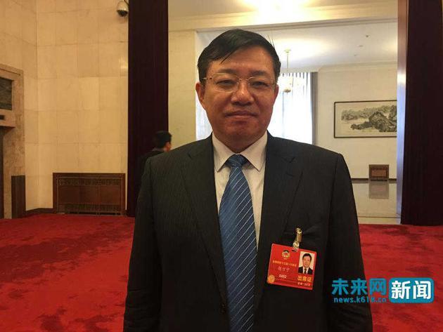 天下政协委员、唐山市国民病院院长胡万宁以为收集游戏是精力毒品。将来网记者 贺卓辉 摄