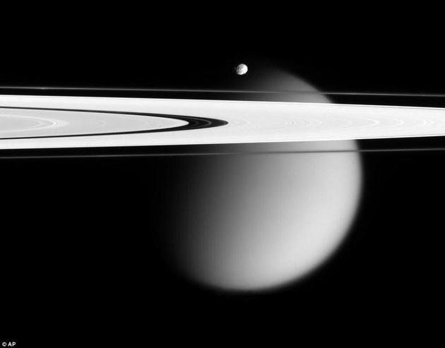 早在很久之前,科学家便开始怀疑土卫六拥有大气了。而自从旅行者号探测器对其展开详细观察,我们对这个神秘世界的了解逐渐变得越来越丰富。