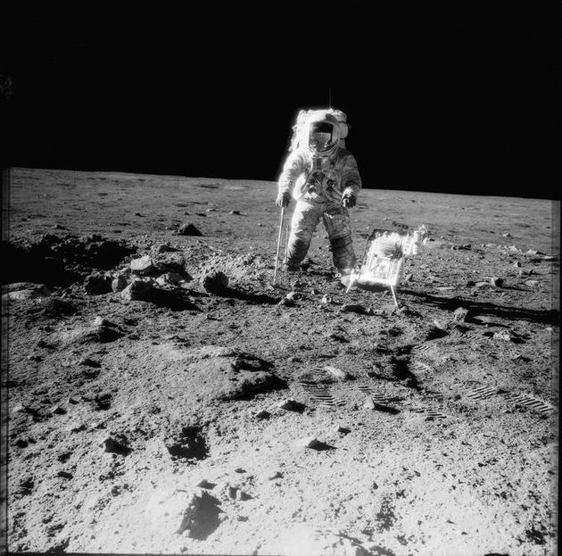"""1969年11月,""""阿波罗12号""""宇航员登陆月球表面。"""