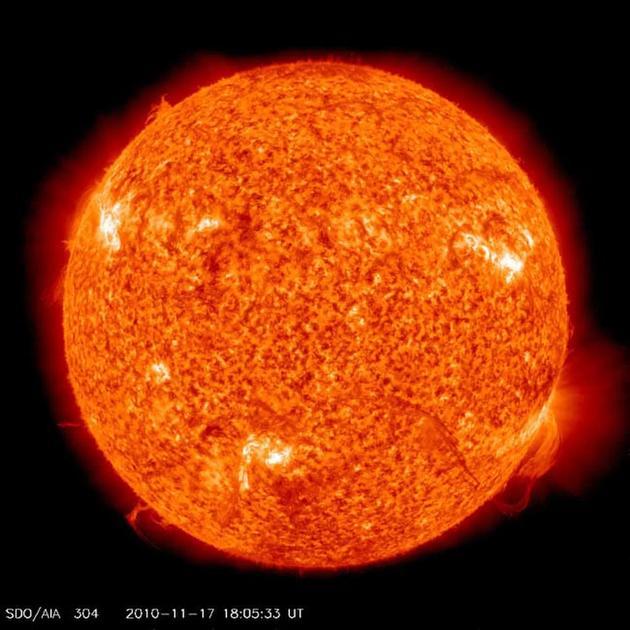 如图所示,这是2010年11月17日,美国宇航局太阳动力天文台拍摄的太阳,图中出现巨大的太阳耀斑细丝。。webp