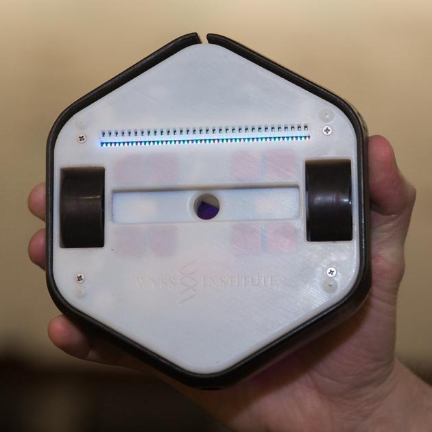 机器人的底部,中间的圆孔用于插入马克笔