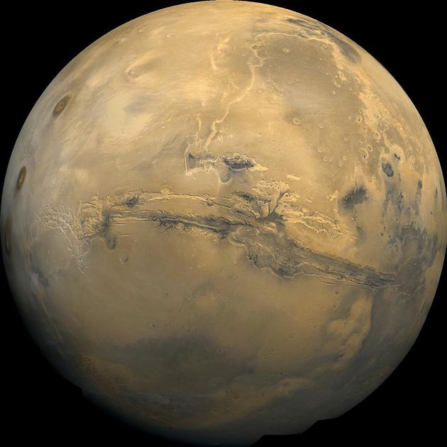 很久以前,的确有大量的水曾流入火星的河流和海洋,这些液体的矿物质遗迹在火星表面上清晰可见——洪泛平原、冲积盆地,甚至还有很早之前就干涸的U字形河道。