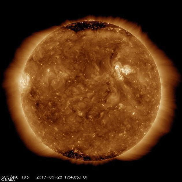 图中是太阳表面活跃期,出现太阳黑子和太阳耀斑,在太阳极小期,伴随着紫外线减少,太阳表面变得逐渐清晰可见。