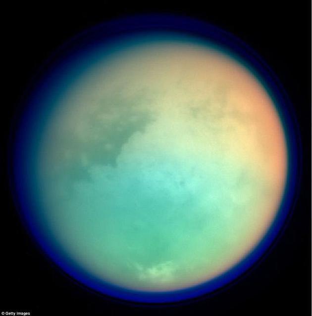 """它被称作地球""""有毒的同胞姐妹"""",因为其拥有由液态甲烷构成的河流与海洋。卡西尼号探测任务收集的数据还显示,土卫六大气中甚至可能存在构成生命基本组件的分子。"""