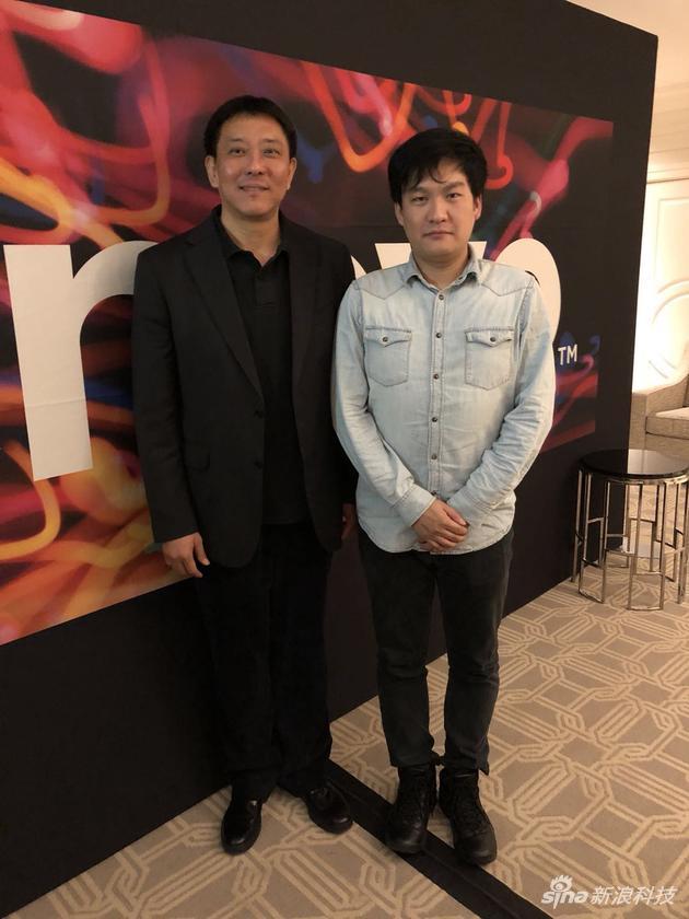 图为:新浪科技记者与刘军合影