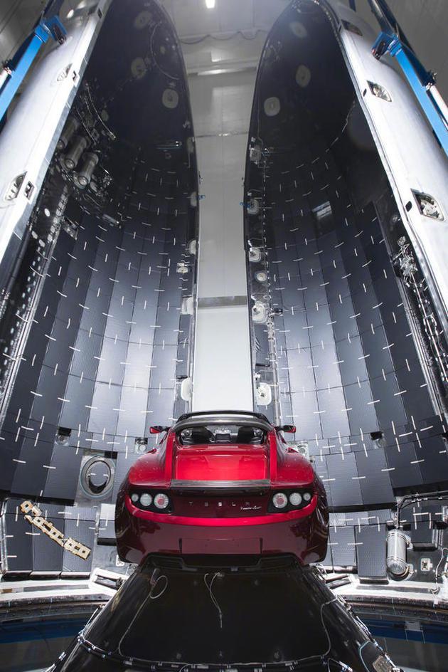 """图中的特斯拉敞篷跑车将是""""猎鹰号""""重型火箭首次发射的载荷,目前许多专家对于此次发射是否成功表示担忧。"""
