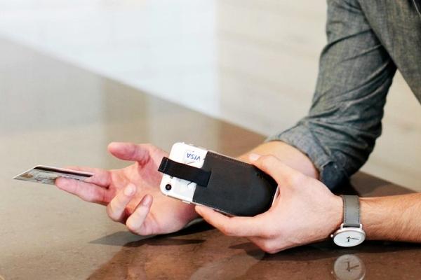 移动支付当道 怀旧的老外把钱包粘在了手机上