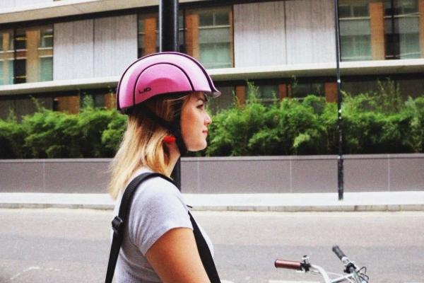 缓冲材料制成的头盔 不仅安全还可以折叠收纳