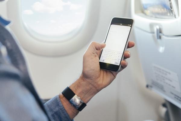 坐飞机能玩手机了 多个航空公司相继解禁