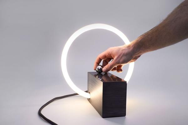 不智能也好玩 超极简灯具探索全新互动方式