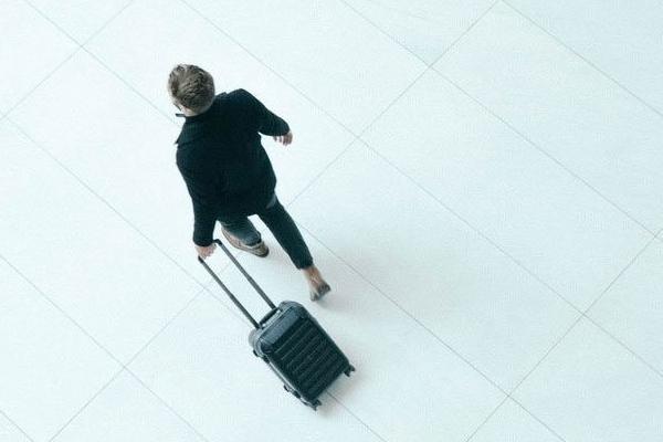 这只行李箱能秒变置物架 出行打包不再麻烦