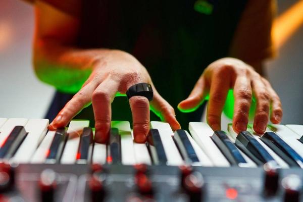 按键太多很麻烦?智能指环让你用手势操控音乐