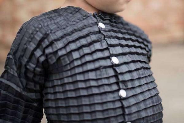 再不怕孩子长太快 这件衣服能从出生穿到3周岁