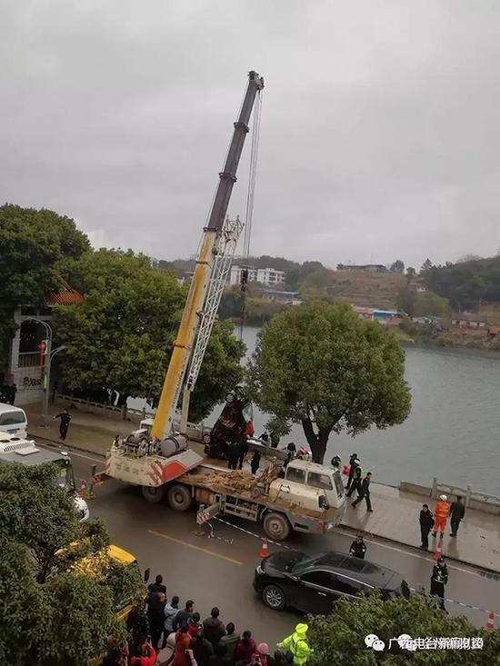 吊车吊起事故车