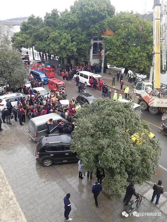 现场围满了围观群众。本文图片 广西人民广播电台 图