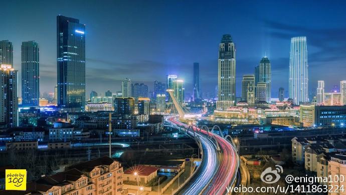 城市的街头,霓虹闪烁,人头攒动,车水马龙,除却了白天的匆忙、图片