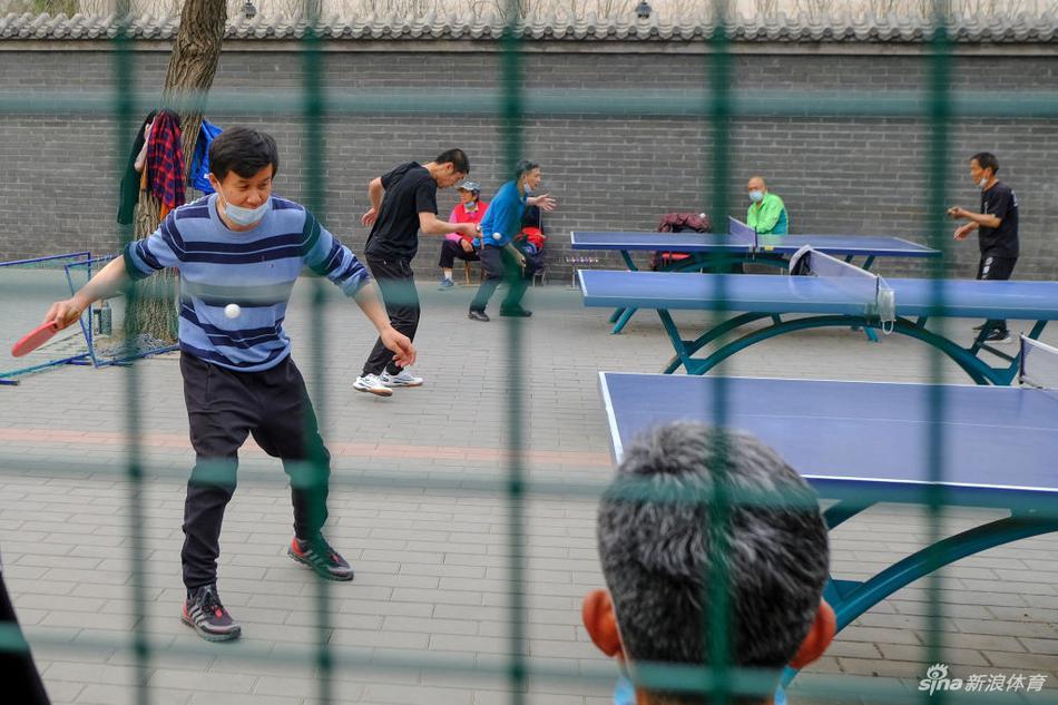 疫情逐渐得到控制 北京市民晨练健身忙