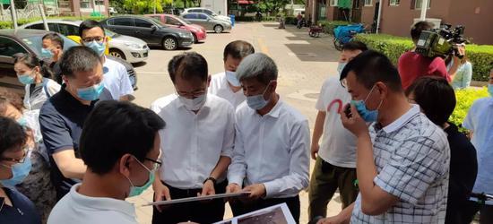 6月2日,东丽区区长谢元调研还迁房维修