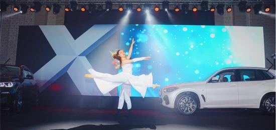 伴随这么优美的舞蹈,今天上市的主角-全新BMW X5闪亮登场。