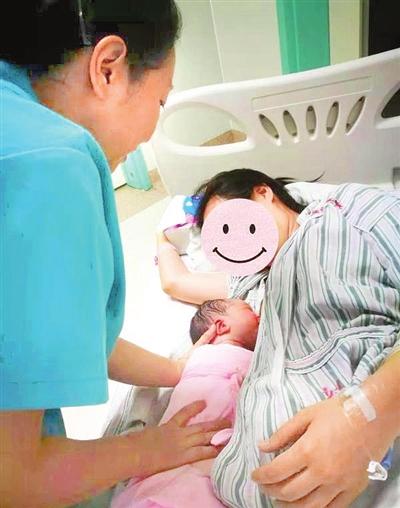 专家表示,母乳是婴儿最理想、最安全的天然食物,母乳喂养能预防绝大部分类型的营养不良,母乳喂养是母婴健康的基础。 图为天津医院助产士帮助刚分娩产妇早开奶、早接触。