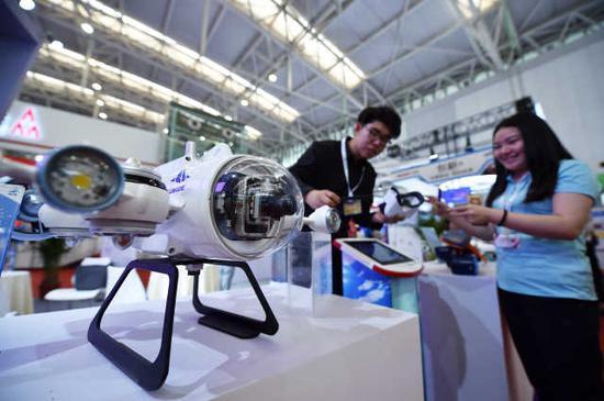 5月17日,观众在天津梅江会展中心智能科技展上参观深之蓝的水下机器人。新华社记者 李然 摄