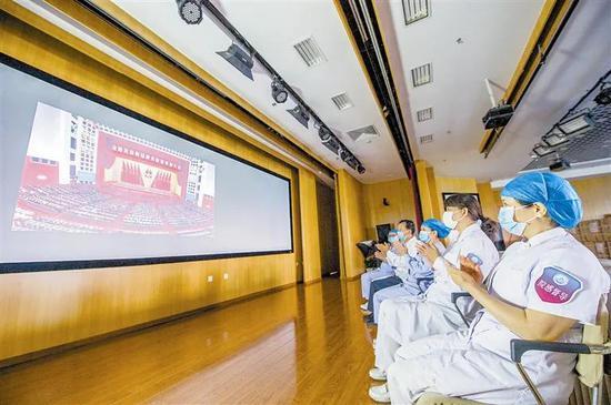 海河医院党委及各科室组织收看表彰大会直播。曹彤摄