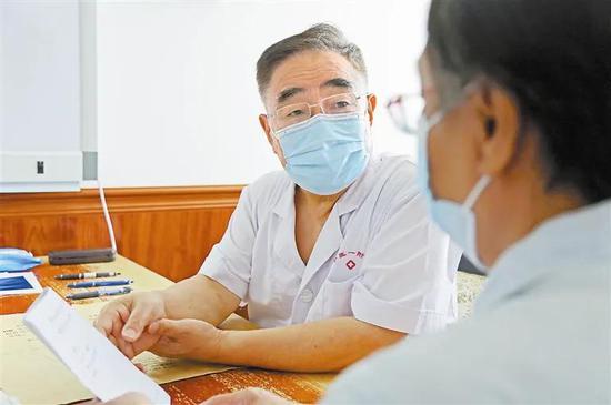 """""""人民英雄""""国家荣誉称号获得者张伯礼昨日回津后,按时为病人坐诊看病。 海河传媒中心记者 谷岳 摄"""