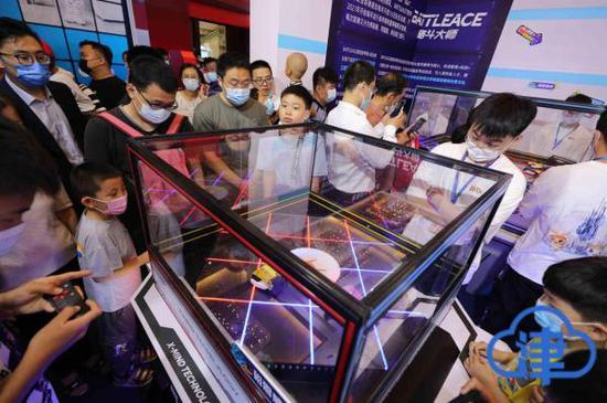 第五届世界智能大会智能科技展正式开放 观众争相体验智能互动