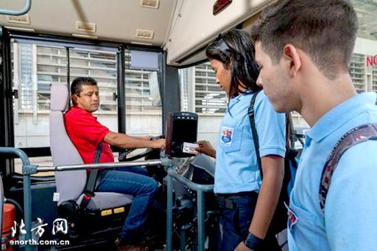 委内瑞拉乘客体验刷卡乘车