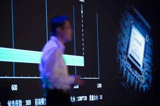 5月3日,在上海国际会议中心举行的发布会上,寒武纪科技公司首席执行官陈天石介绍新发布的国内首款云端人工智能芯片。新华社记者 金立旺 摄