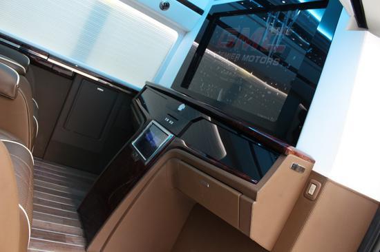 三连排座椅可随时切换为沙发床,为中短途休憩带来舒适的体验。