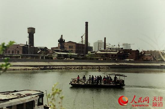 改革开放初期的海河摆渡情景,照片中还能够看到河边遍布的工厂。王海冰/摄
