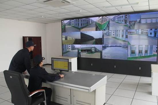 海关工作人员调试监控设备