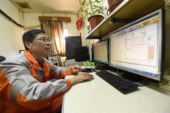 董晓力在平台上的办公室监视数据。新华社记者 岳月伟摄