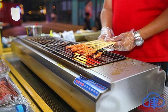 """【食品安全走基层】在夜市""""撸串"""" 你最关心的是不是卫生问题?_鸡翅怎么做好吃__孕妇可以吃火锅吗"""