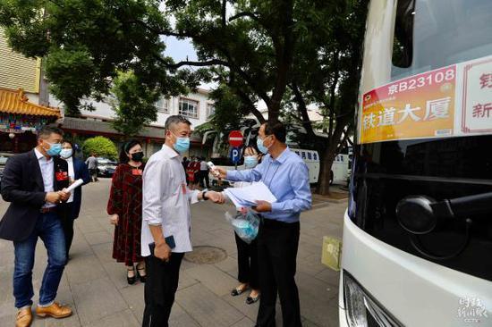 △21日下午,政协委员从驻地乘车去人民大会堂。(总台央视记者魏帮军拍摄)