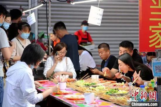 资料图:济南市民在小吃摊大饱口福。孙宏瑗 摄
