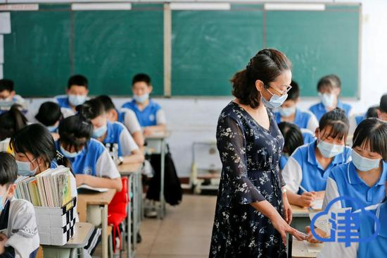 天津支教教师周庆珍在给学生们上课。记者蒲永河摄