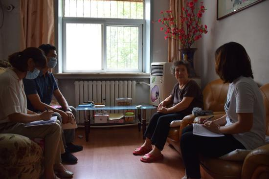 天津市南开区干部走访南开区学府街道西南二社区居民。新华社记者 白佳丽 摄