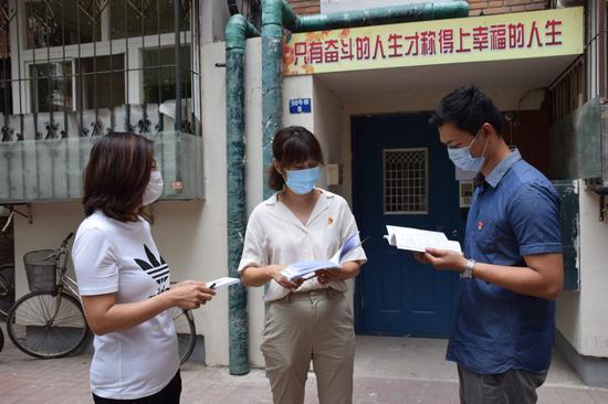 天津市南开区干部在南开区学府街道西南二社区讨论走访情况。新华社记者 白佳丽 摄