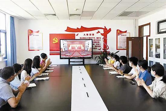 中医药大学师生关注张伯礼校长接受表彰。刘恩昊 张立摄