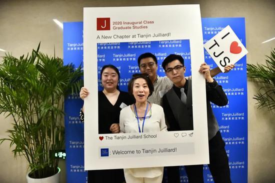 代理学术事务副总监、声乐艺术指导老师朱蕙心(中)与学生