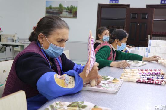 在库尔班手工坊中工作带来的固定收入,可以帮助附近村民脱贫(央广网记者 刘阳 摄)