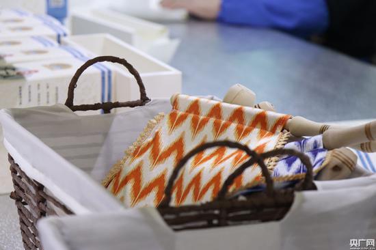 库尔班手工坊生产的木摇扇(央广网记者 刘阳 摄)